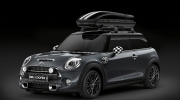 "F56 – MINI Cooper / Thunder Grey metallic / Dach in Jet Black / Zusatzscheinwerfer Schwarz inkl. Halter für Zusatzscheinwerfer / Gold Jack Spiegelkappen / Gold Jack Side Scuttle / 17"" Multispoke 505 Liquid Black / MINI Dachbox inkl. RelingträgerF56 – MINI Cooper / Thunder Grey metallic / Roof Jet Black / Auxiliary driving lamps incl. Holder for Auxiliary driving lamps / Gold Jack Mirror Caps / Gold Jack Side Scuttle / 17"" Multispoke 505 Liquid Black / MINI Roof box incl. Roof Rack"